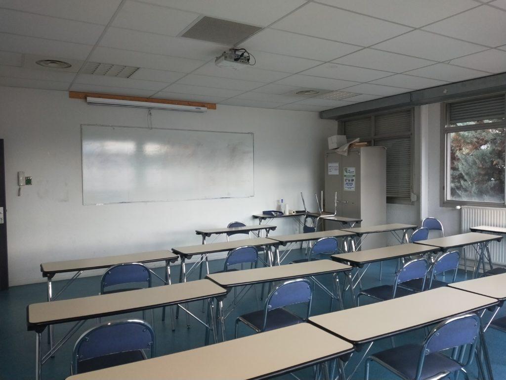 Salle de réunion avec des bureaux et des chaises