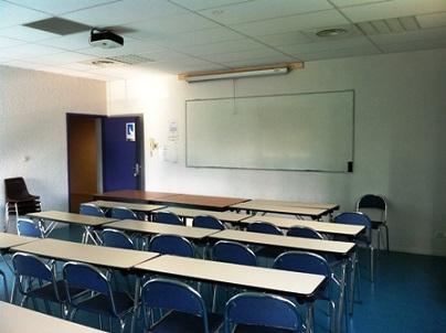 Salle de réunion disposé en ligne face à un tableau blanc