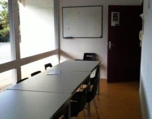 Petite salle de réunion avec baies vitrées