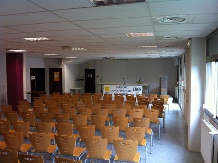 Salle de conférence vue du fond de la salle